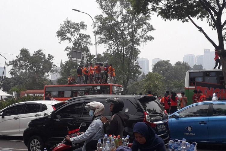 Arus lalu lintas di Jalan Gerbang Pemuda, Senayan, terpantau padat jelang laga Persija melawan Mitra Kukar, Minggu (9/12/2018).