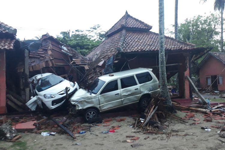 Tampak salah satu villa rusak berat pasca dihempat tsunami di Pesisir pantai di Kabupaten Serang, Banten, Senin (24/12/2018).