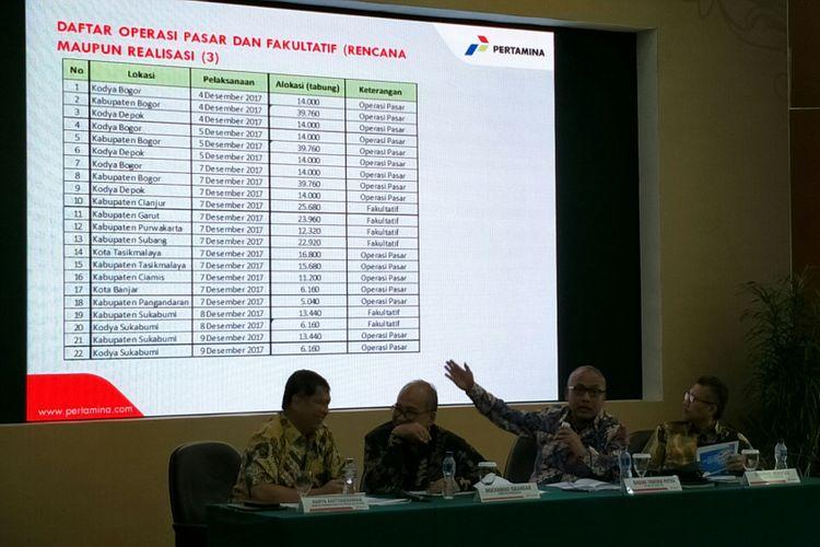 Konferensi pers  PT Pertamina (Persero) terkait kelangkaan gas elpiji melon 3 kilogram di Kantor Pusat Pertamina, Jakarta, Jumat (8/12/2017).