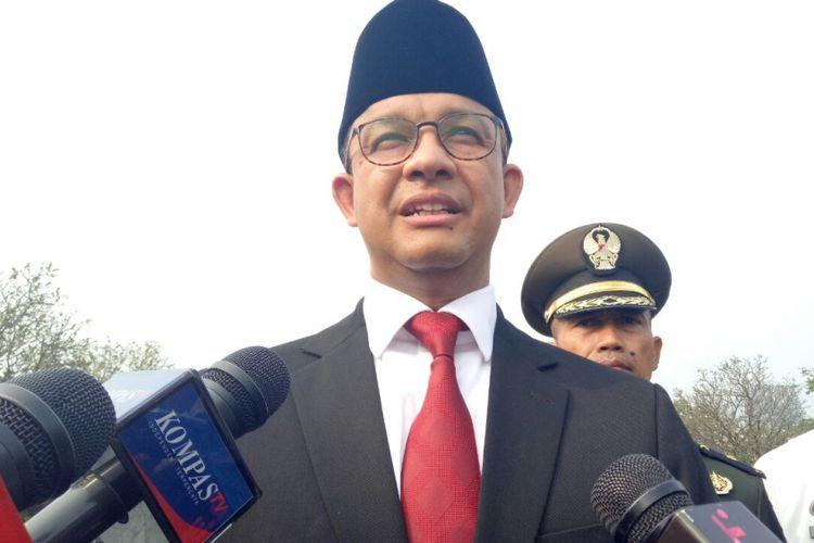 Gubernur DKI Jakarta Anies Baswedan usai ziarah ke makam pahlawan di Taman Makam Pahlawan Kalibata, Jumat (8/6/2018).