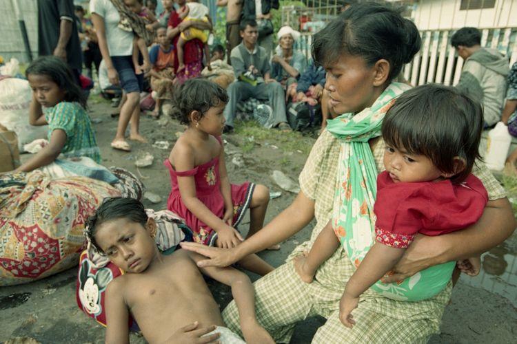 Pengungsi yang merupakan etnis Madura akibat konflik antar-etnis di Sampit, Kalimantan Tengah, periode Februari 2001.