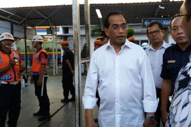 Menteri Perhubungan Budi Karya Sumadi, meninjau kesiapan jalur kereta api Jakarta hingga Sukabumi, Rabu (30/8/2017).