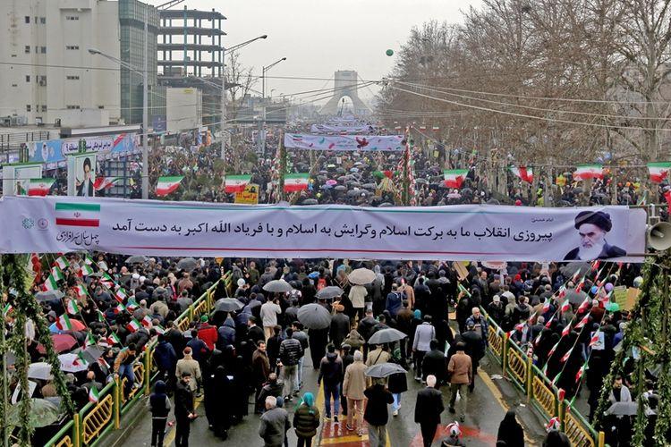 Ribuan rakyat Iran berjalan menuju Azadi Square di Teheran, untuk memperingati 40 tahun Revolusi Islam Iran, pada Senin (11/2/2019).