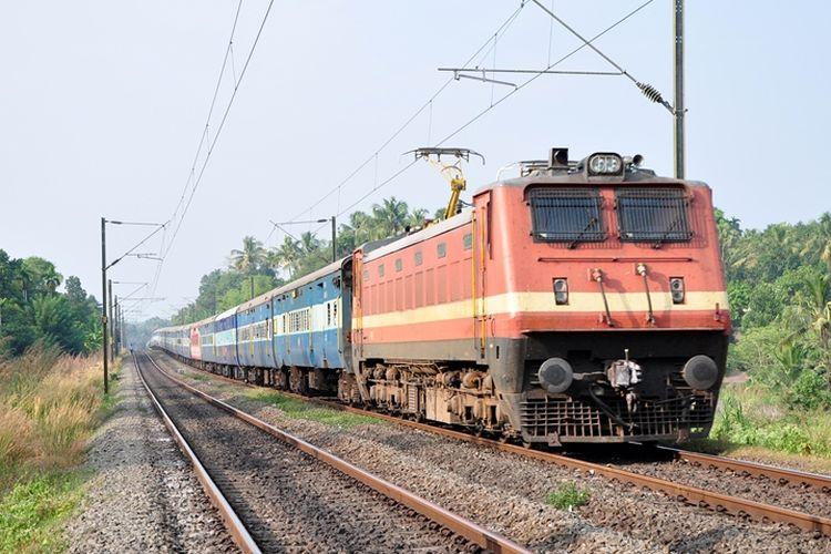 Ilustrasi kereta api penumpang di India.