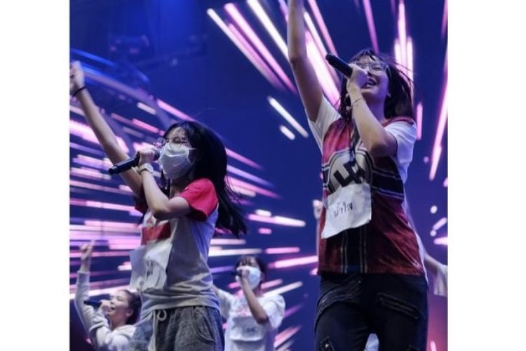 Namsai (kanan), anggota BNK48, tampak mengenakan kaus bergambar lambang swastika saat latihan bersama grup idola populer Thailand itu, pada Jumat (25/1/2019).