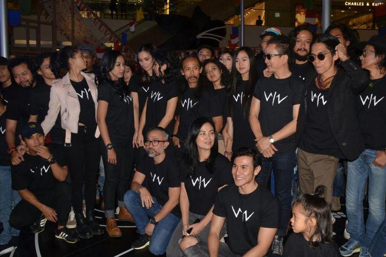 Para pemain dan tim produksi saat menghadiri konferensi pers film Wiro Sableng di Senayan City, Jakarta Selatan, Rabu (16/8/2017).
