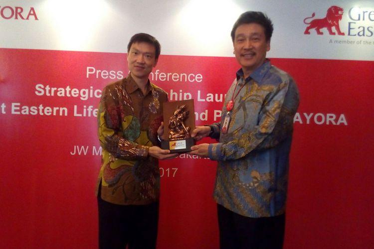 Presiden Direktur dan CEO Great Eastern Life Clement Lien (kiri) bersama dengan Presiden Direktur Bank Mayora Irfanto Oeij (kanan) usai penandatanganan kerja sama strategis bancassurance pada Senin (31/7/2017) di Jakarta.