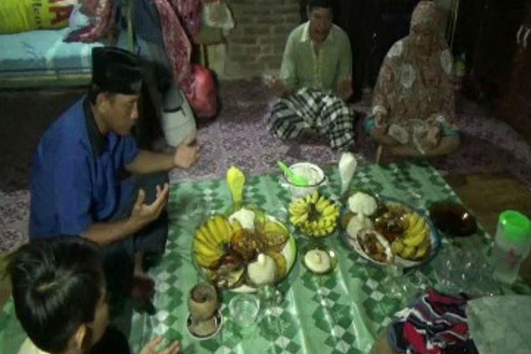 Tradisi masyarakat Polewali Mandar menyambut Ramadhan, yakni ritual Mabbacabaca dan bakar pallang dari empat penjuru mata angin, Rabu (16/5/2018)