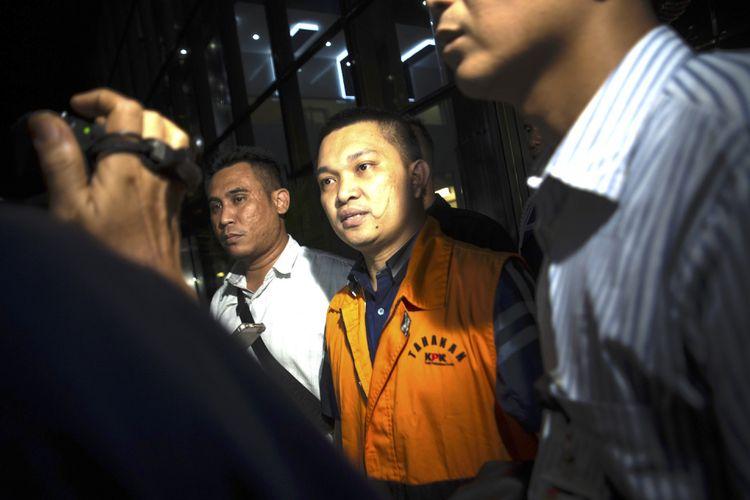 Anggota DPR Komisi XI dari Fraksi Partai Golkar Aditya Moha (kedua kanan) berjalan keluar menggunakan rompi tahanan usai diperiksa di gedung KPK, Jakarta, Minggu (8/10) dini hari. KPK melakukan penahanan usai operasi tangkap tangan (OTT) terhadap Ketua Pengadilan Tinggi Manado Sudiwardono dan Anggota DPR Komisi XI dari Fraksi Partai Golkar Aditya Moha atas kasus dugaan suap hakim untuk mengamankan putusan banding Marlina Moha yang merupakan ibu dari Aditya Moha. ANTARA FOTO/Rosa Panggabean/wsj/17.