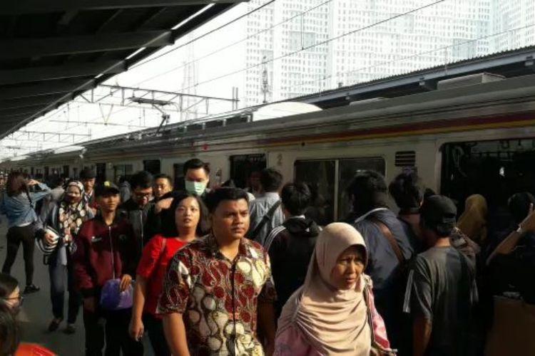 Kondisi di Stasiun Bekasi tampak normal Senin (15/4/2019).
