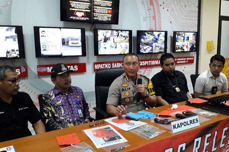 Kapolresta Tangerang Kombes Pol Sabilul Alif (tengah) saat mengungkap kasus perampokan toko emas di Balaraja, Tangerang, Kamis (11/07/2019).