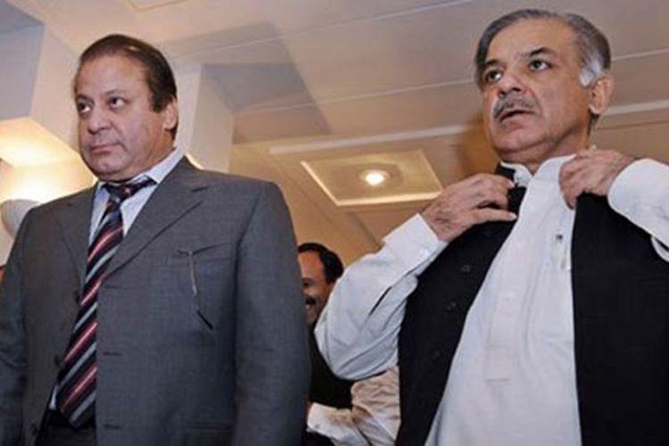 Mantan Perdana Menteri Pakistan Nawaz Sharif (kiri) dan adik kandungnya Menteri Besar Punjab Shahbaz Sharif