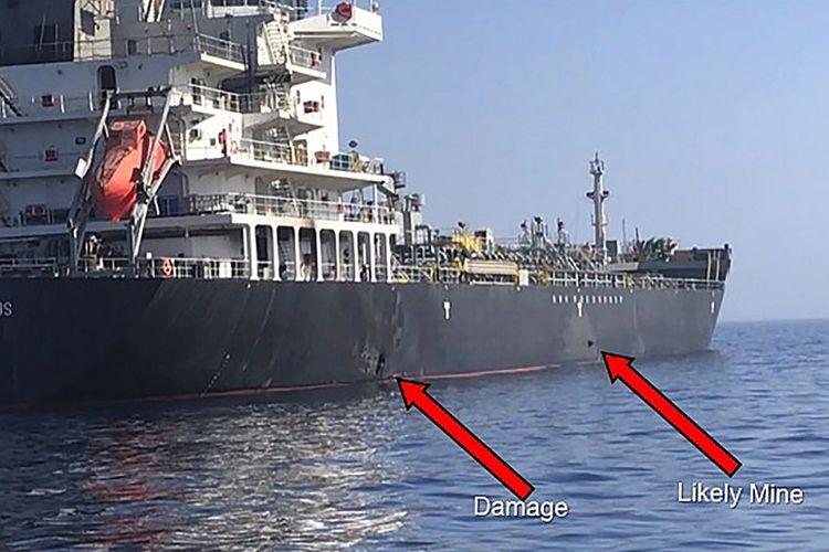 Foto yang diperoleh dari Komando Pusat AS menunjukkan dua lubang pada kapal tanker Kokuka Courageous yang terkena serangan saat berada di Teluk Oman, pada Kamis (13/6/2019).