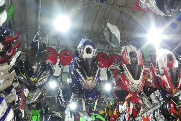 Ragam fairing untuk motor sport naked bike yang dijual di salah satu toko di sentra aksesori di Otista, Kampung Melayu, Jakarta Timur, Senin (5/3/2018).
