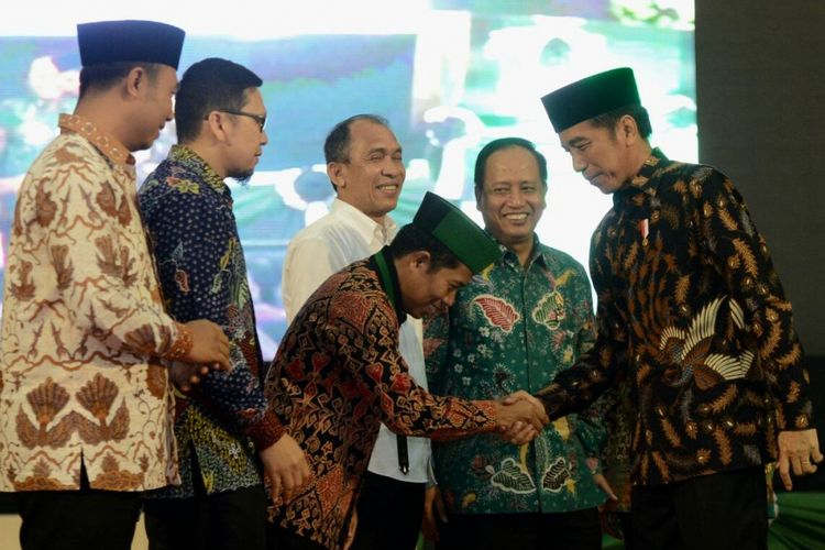 Presiden Joko Widodo didampingi Ketua Umum PB HMI, Mulyadi Tamsir tiba di Auditorium Universitas Pattimura Ambon untuk membuka Kongres HMI ke-30, Rabu (14/2/2018).