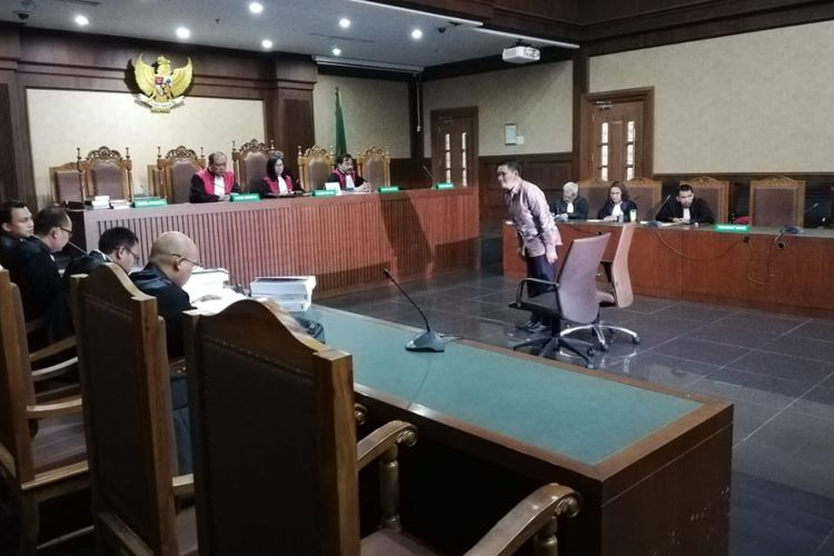 Bupati nonaktif Bener Meriah, Ahmadi, dituntut empat tahun hukuman penjara oleh jaksa Komisi Pemberantasan Korupsi (KPK). Hal itu disampaikan jaksa KPK dalam sidang di Pengadilan Tipikor Jakarta, Kamis (22/11/2018)