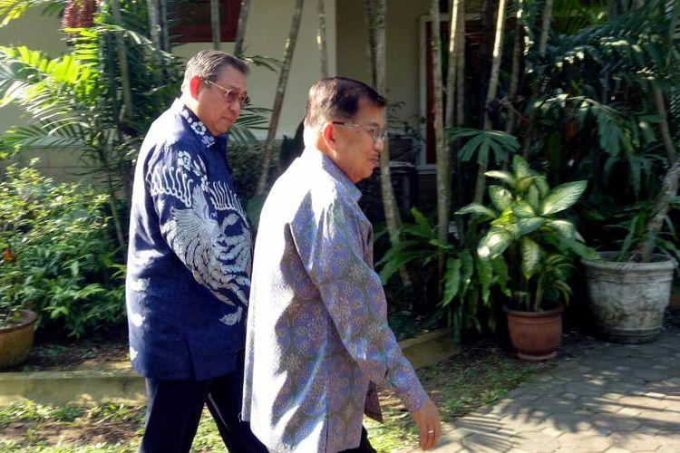 Wakil Presiden Jusuf Kalla menyambangi Susilo Bambang Yudhoyono saat bertakziah di kediaman SBY, Cikeas, Bogor, Jawa Barat (26/6/2019).