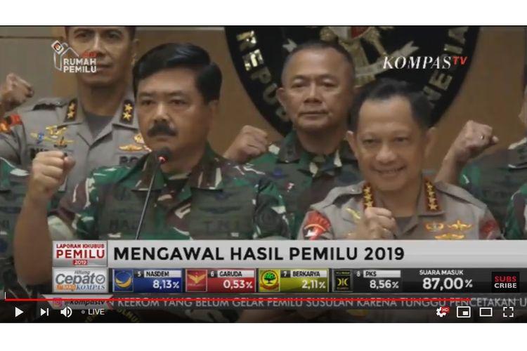 Panglima TNI Marsekal Hadi Tjahjanto didamping Kapolri Jenderal Pol Tito Karnavian saat jumpa pers di Kantor Kemenko Polhukam, Jakarta, Kamis (18/4/2019).