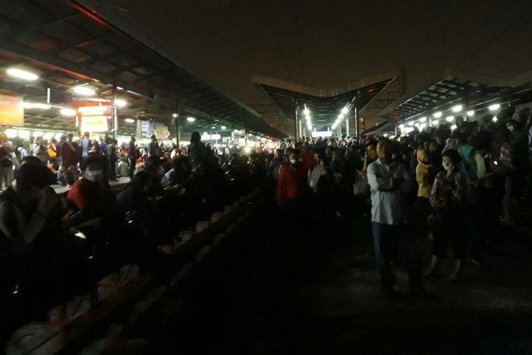 Penumpang menunggu kereta rel listrik (KRL) yang datang terlambat di Stasiun Manggarai, Jakarta Selatan, Kamis (12/10/2017).