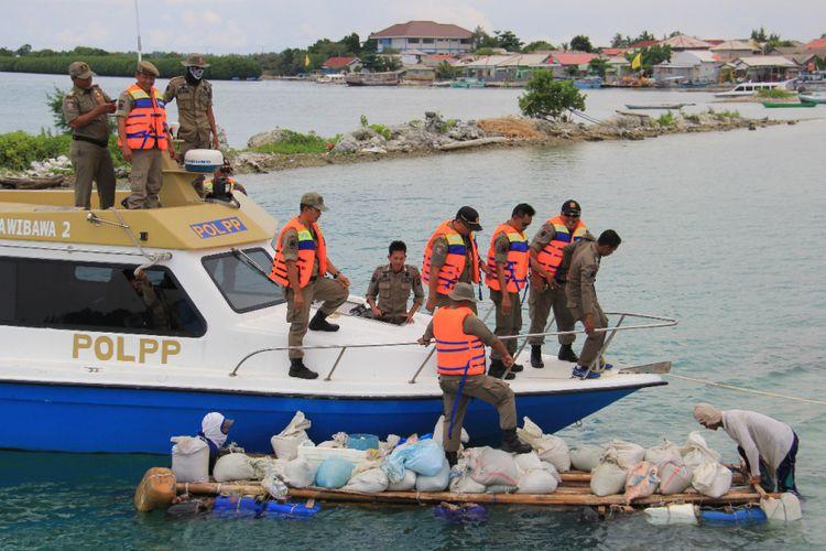 Petugas Satuan Polisi Pamong Praja Kepulauan Seribu menemukan oknum pengambil pasir laut di Kepulauan Seribu Utara.