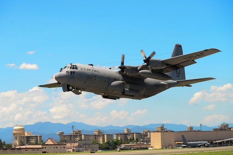 Pesawat tanker C-130 milik Marinir AS lepas landas di Pangkalan Udara Yokota, Jepang.