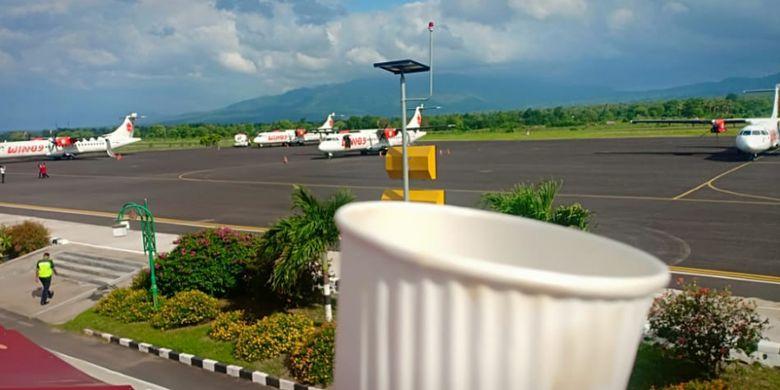 Empat pesawat Wings Air tujuan Kupang mengalihkan pendaratan ke bandara Frans Seda Maumere, Kabupaten Sikka, NTT, karena cuaca buruk, Sabtu (22/12/2018).
