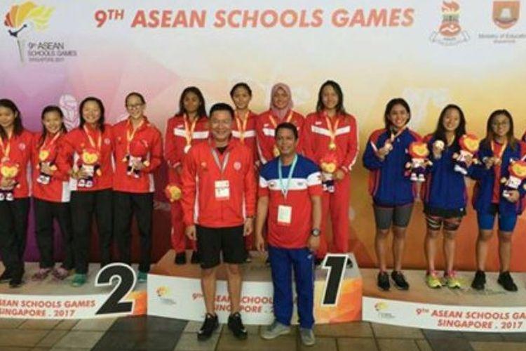 Tim estafet 4x100 meter puteri meraih medali emas