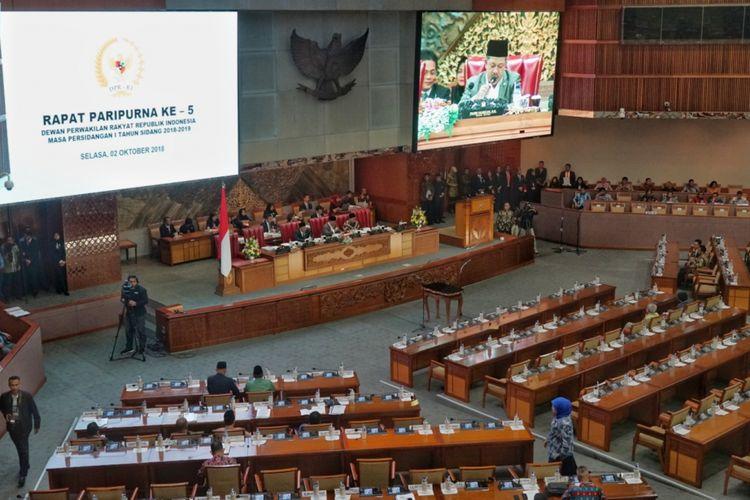 Wakil Ketua DPR Fahri Hamzah saat membuka Sidang Paripurna Masa Sidang I Tahun 2018-2019 di Kompleks Parlemen, Senayan, Jakarta, Selasa (2/10/2018).