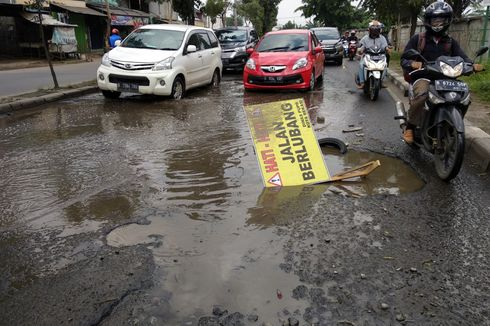 Jalan Penghubung Jakarta-Bekasi Rusak