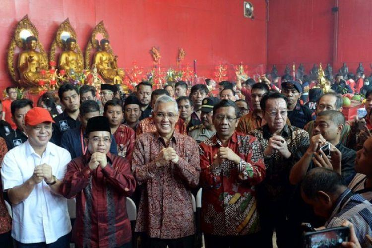 Ketua Unit Kerja Presiden Pembinaan Ideologi Pancasila (UKP-PIP) Yudi Latif (dua dari kiri) didampingi Anggota Dewan Pengarah UKP PIP Try Sutrisno (tiga dari kiri) dan Mahfud MD (empat dari kiri) serta Penasihat Kepala UKP-PIP Romo Benny Susetyo (kanan) mengucapkan selamat Tahun Baru Imlek saat mengunjungi Keleteng Cin Tek Yen atau Wihara Dharma Bakti di kawasan Petak Sembilan, Glodok, Jakarta Barat, Jumat (16/2/2018). Kunjungan tersebut merupakan wujud komitmen Tim UKP-PIP untuk menguatkan nilai-nilai Pancasila utamanya soal keberagaman umat beragama.
