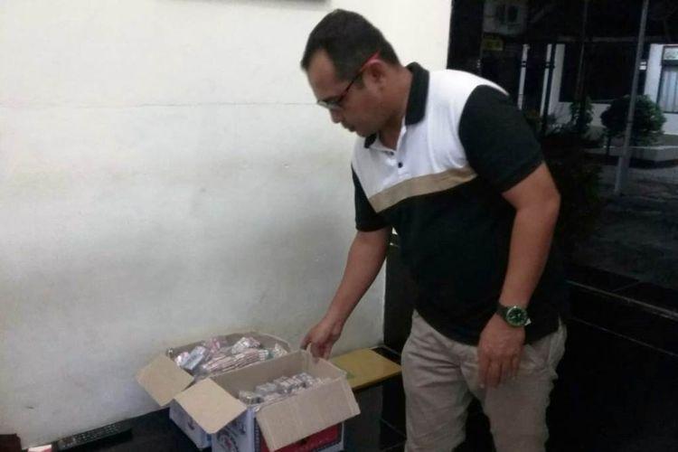 Kapolsek Lhoksukon, Aceh Utara, Iptu Yussyah Riandi memperlihatkan marcon hasil sitaan dari pedagang di Mapolsek Lhoksukon, Aceh Utara, Kamis (30/5/2019)