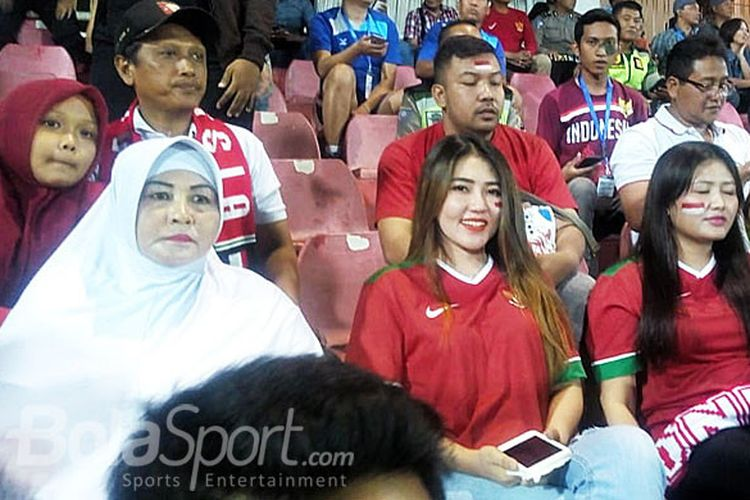Pedangdut Via Vallen menyaksikan laga timnas U-16 Indonesia saat melawan Vietnam di Grup A Piala AFF U-16 di Stadion Gelora Delta di Sidoarjo, Kamis (2/8/2018) malam.