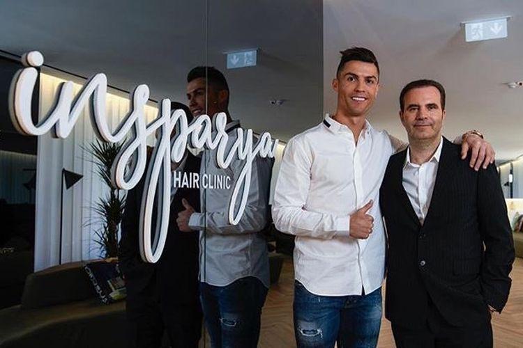Crisitiano Ronaldo (kiri) bersama Paulo Ramos (CEO Insparya Grup) di depan klinik transplantasi rambut di Spanyol.