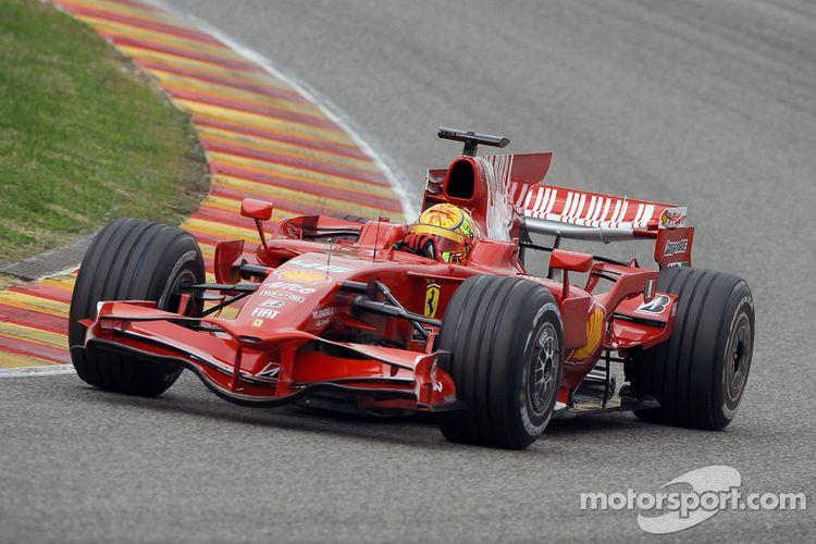Valentino Rossi di mobil Ferrari F1.