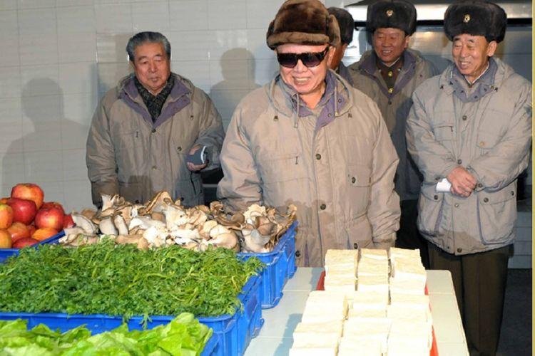 Dalam foto yang dirilis Kantor Berita Korea Utara (KCNA), terlihat Ju Kyu Chang, ilmuwan yang terlibat dalam pengembangan senjata nuklir Korut (kiri) bersama Pemimpin Korut Kim Jong Il di 2010. Ju meninggal dunia pada usia 89 tahun.