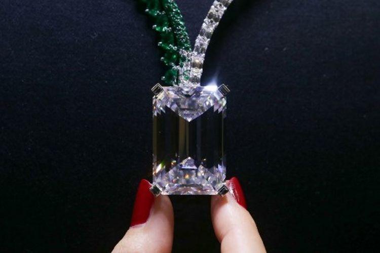 Foto ini diambil pada 3 Oktober 2017, menunujukkan sebuah kalung dengan berlian warna D sempurna berukuran 163,41 karat. (AFP/Daniel Leal-Olivas)