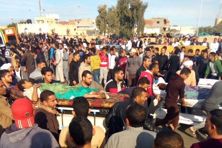 Warga menggotong korban luka akibat serangan brutal di masjid Rawda, provinsi Sinai Utara, Mesir.