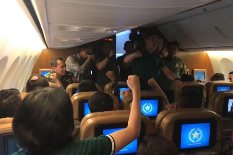 Pasukan Pengamanan Presiden (Paspampres) saat meneriakkan yel-yel penyemangat di dalam Pesawat Kepresidenan Indonesia-1, Senin (8/1/2018).