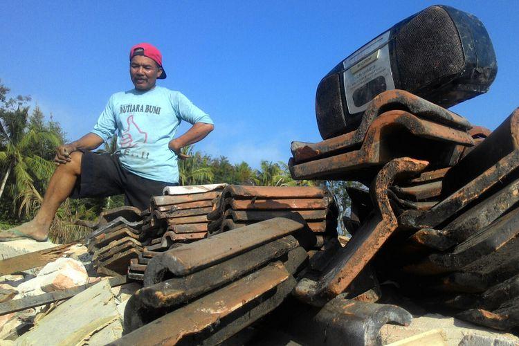 Sumiyo mengais genteng yang masih bagus dari puing rumahnya yang sudah roboh akibat penggusuran di kawasan yang akan dibangun Bandara NYIA. Selain genteng, ia mengumpulkan kayu kusen rumah, barang yang tidak terselamatkan, hingga memperbaiki sumur.
