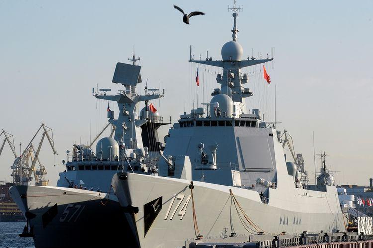 Foto yang diambil pada 2017, menunjukkan sejumlah kapal perang milik China saat merapat ke Saint Petersburg, Rusia.