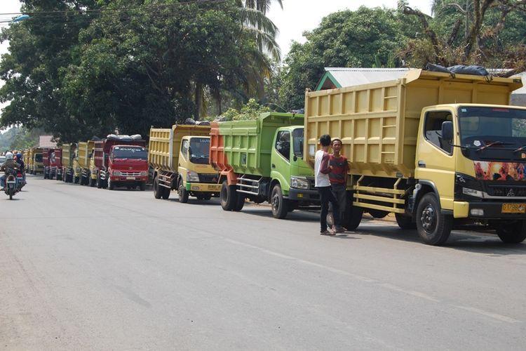 Mobil angkutan batubara yang berada di Kabupaten Muara Enim, Sumatera Selatan. Setelah Gubernur Sumsel mencabut Pergub nomor 23 tahun 2012, seluruh angkutan batubara di jalan umum dilarang melintas dan berlaku sejak, Kamis (8/11/2018).