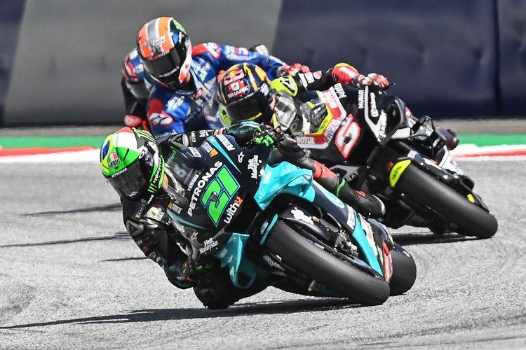Franco Morbidelli sedang bersaing dengan Johann Zarco pada MotoGP Austria di Sirkuit Red Bull Ring, 16 Agustus 2020.