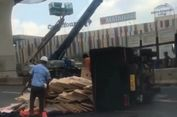 Truk Bermuatan Triplek Terguling di Tol Jakarta-Cikampek, Lalin Tersendat