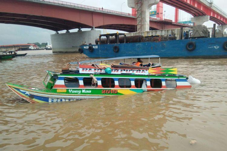 kapal merk Rahendi yang karam usai bertabrakan dengan speedboat Lima Saudara di Sungai Musi Palembang