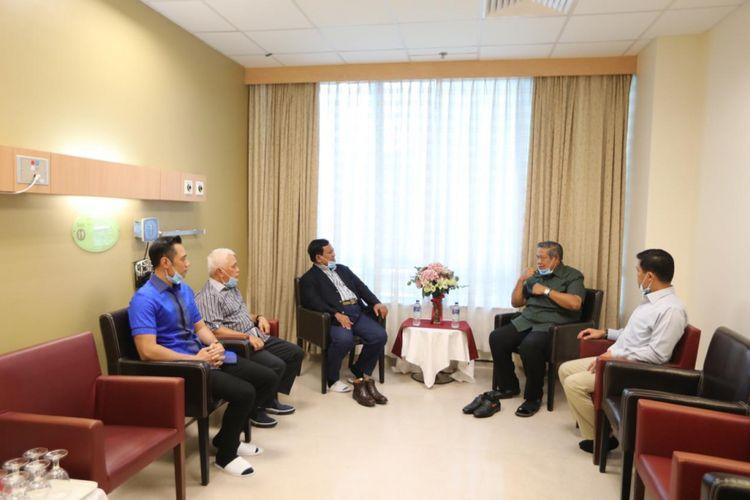 Calon presiden nomor urut 02 Prabowo Subianto saat menjenguk Ani Yudhoyono di Singapura, Kamis (14/2/2019).