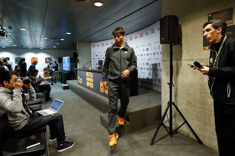 Petenis Jepang, Kei Nishikori, meninggalkan ruang konferensi pers setelah menyatakan mundur dari babak perempat final Madrid Terbuka di Caja Magica, Madrid, Jumat (12/5/2017).