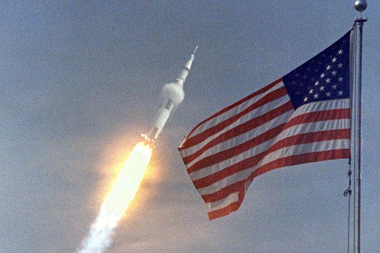 Apollo 11 meluncur di belakang kibaran bendera AS