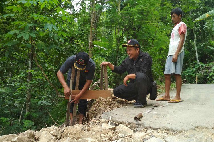 Warga Desa Ngargoretno, Kecamatan Salaman, Kabupaten Magelang, Jawa Tengah, memasang alat sederhana bernama Boplang untuk mengantisipasi datangnya bencena tanah longsor.