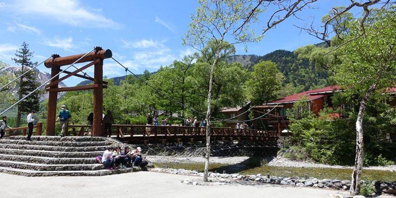 Salah satu trademark dari Prefektur Nagano di Jepang adalah jembatan kayu Kappabashi yang terletak di tengah Danau Taisho dan Meijin yang menghubungkan kedua daratan dari Sungai Azusagawa.
