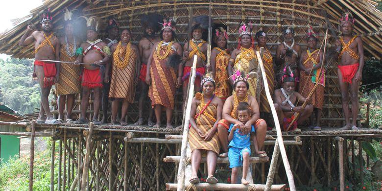 Suku Arfak berada di rumah tradisional, Rumah Kaki Seribu di Distrik Menyambouw, Kabupaten Pegunungan Arfak, Papua Barat, Kamis (16/8). Sebelumnya, Suku Arfak melakukan Tarian Tumbuk Tanah menyambut kedatangan tim Ekspedisi Bumi Cenderawasih Mapala UI.
